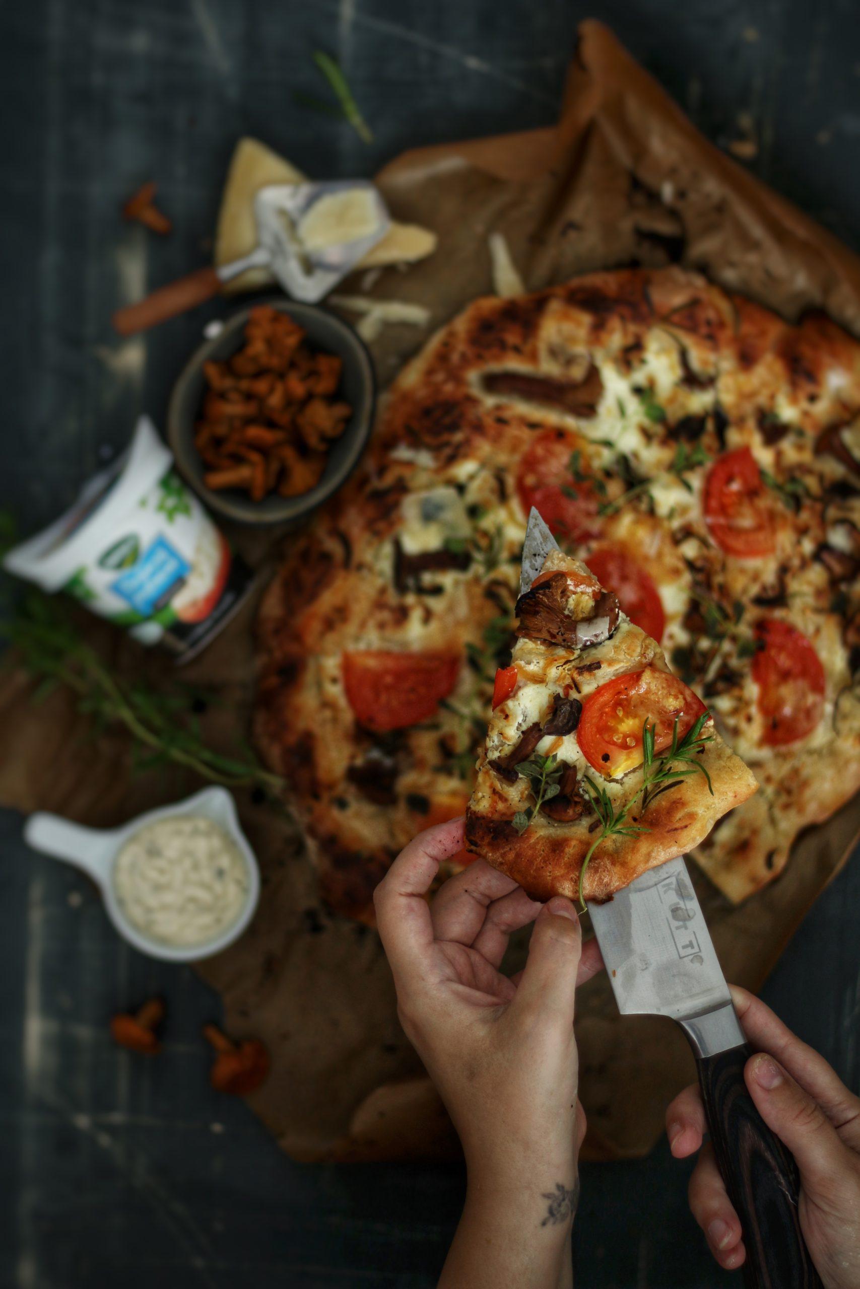Pizza cu crema de branza, galbiori si rozmarin