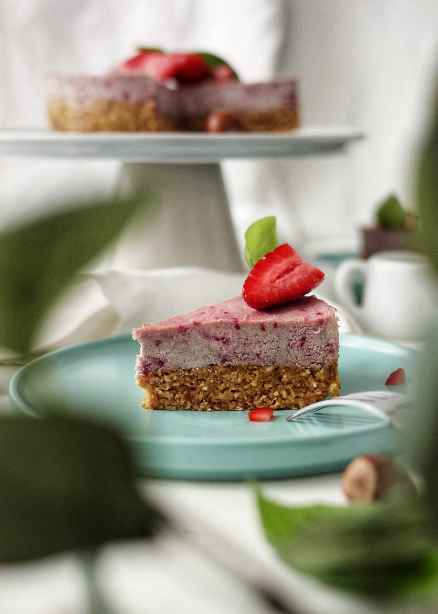 Tort Raw Vegan cu zmeura si alune de padure